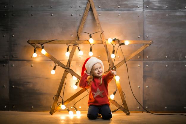 nina-pequena-regalos-navidad-sentado-manta-roja-estrella_1303-5020